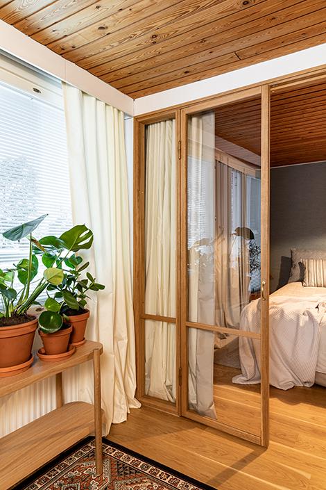 Olo- ja makuuhuoneen lasiseen välioveen asennettiin verhot