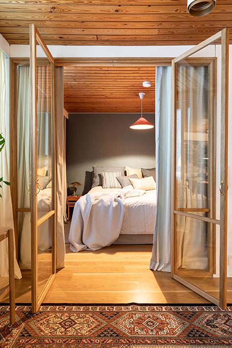 Anni Hautala valitsi olo- ja makuuhuoneisiin suorat sivuverhot