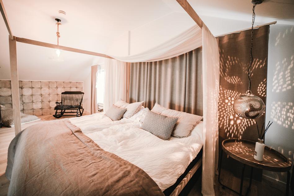 Makuuhuoneen verhot suomalaisen bloggaajan kotona
