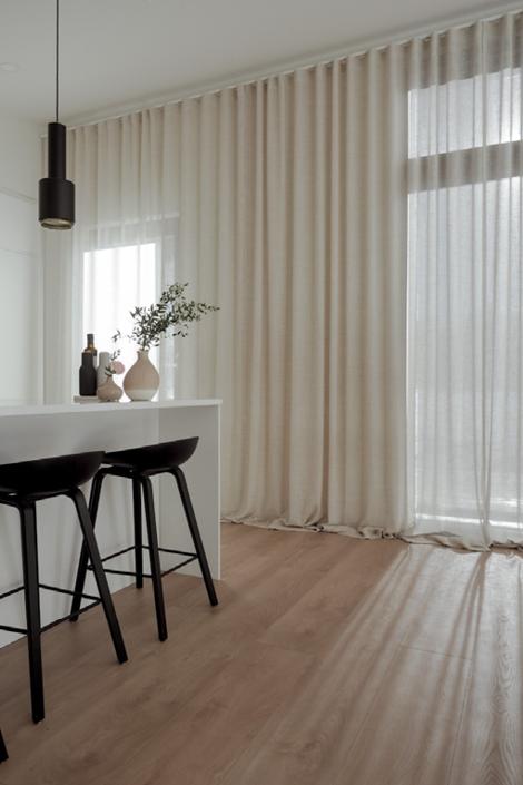 Musta majan avara keittiö-olohuonetila viimeisteltiin vaaleilla verhoilla